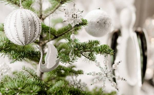 2021 год Белого Быка: как красиво нарядить елку белыми шарами