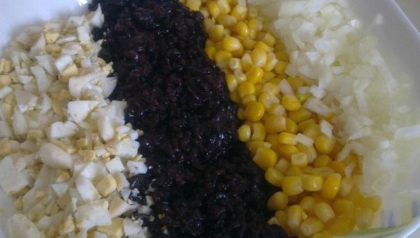 Кукуруза с яйцом и майонезом