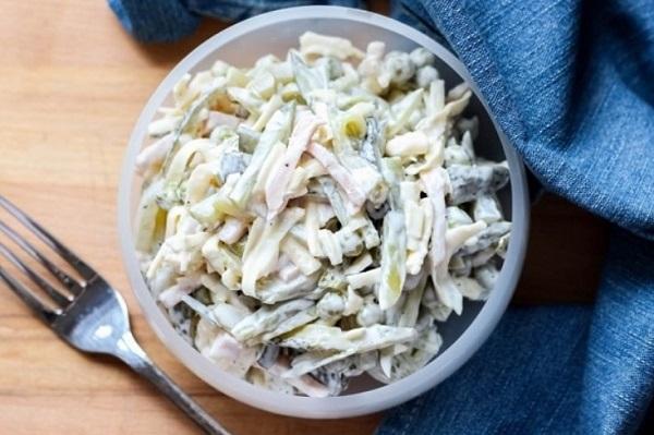 Меню на Новый год 2020: салат с огурцом маринованным