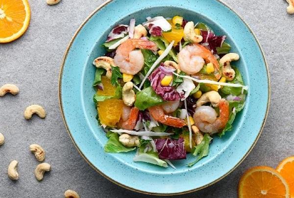 Салаты с морепродуктами на Новый год 2021 и капустой