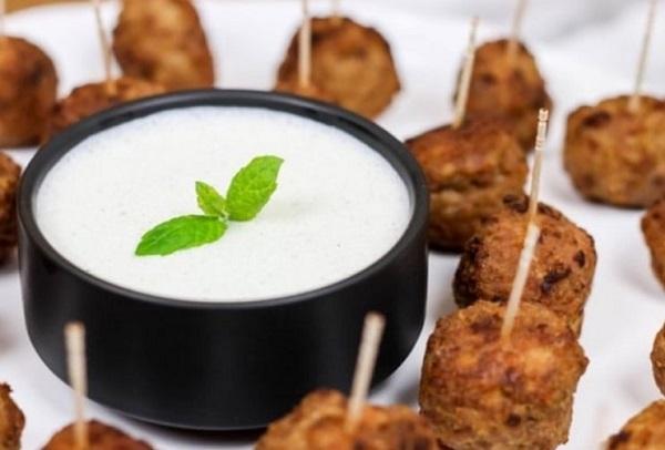Фрикадельки с мятным соусом: необычный рецепт горячей закуски
