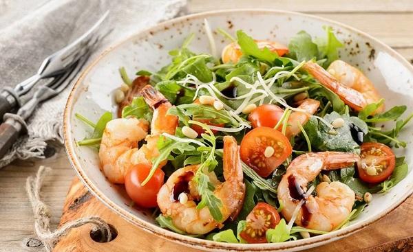 Салат с морепродуктами, помидорами черри, рукколой и авокадо