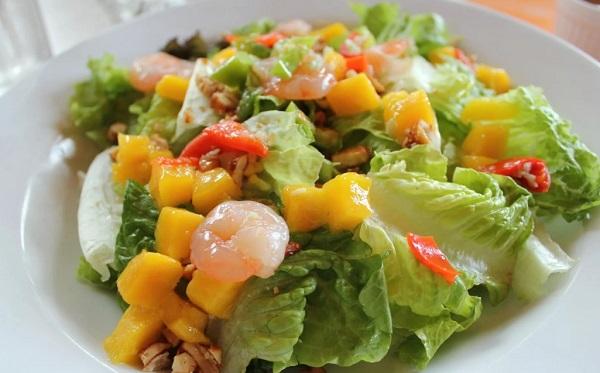 Салат с креветками, авокадо и пекинской капустой