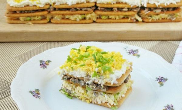 Слоеный салат с грибами и крекерами праздничный