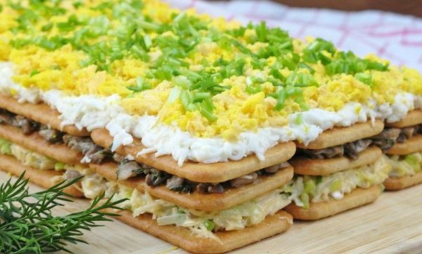 Салат с грибами на крекерах слоеный