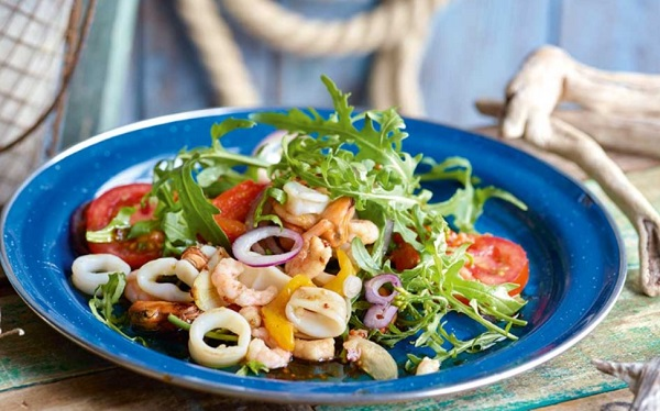 Новогодние салаты: новинки рецептов с креветками