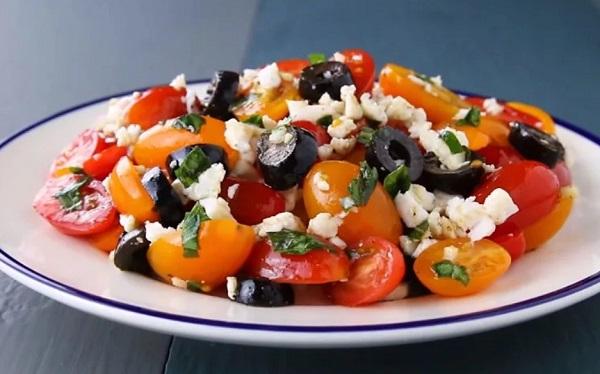 Новогодние салаты: новинки рецептов с оливками